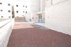 להשכרה דירת גן 4 חדרים חדרים (חדשה מקבלן) בכרמים - גינה
