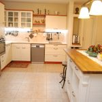 למכירה דירת גן 4 חדרים עם מרפסת וגינה - מטבח
